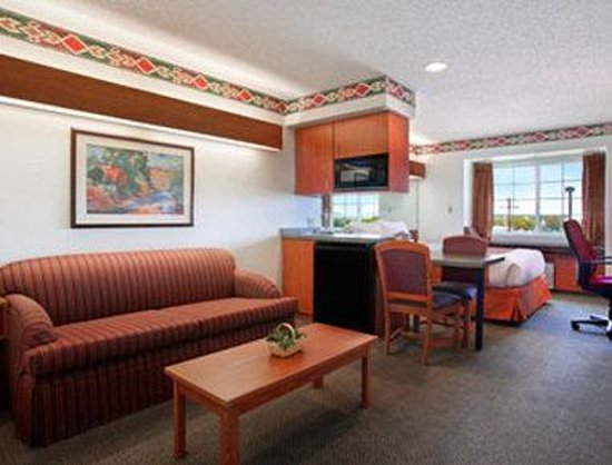 Microtel Inn & Suites by Wyndham Pueblo : Suite