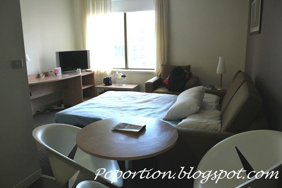 ibis Melbourne Hotel and Apartments: Living room, large enough for a foldable sofa bed!