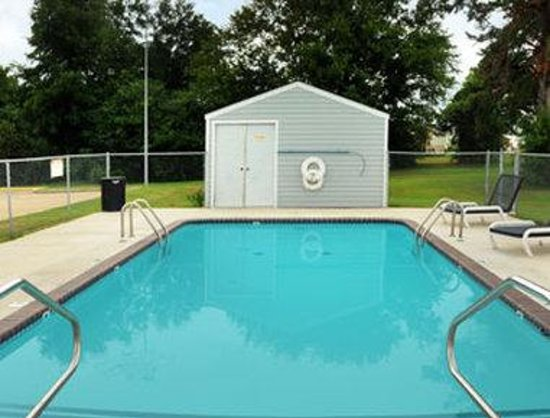 Microtel Inn & Suites by Wyndham Broken Bow: Pool