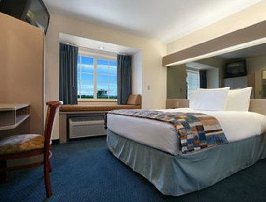 Microtel Inn & Suites by Wyndham Tomah: Standard Queen Bed Room