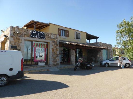 Hotel Abbaruja : Venstre: Fastfoodrestaurant, høyre: dagligvarebutikken