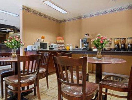 Microtel Inn & Suites by Wyndham Clarksville: Breakfast Area