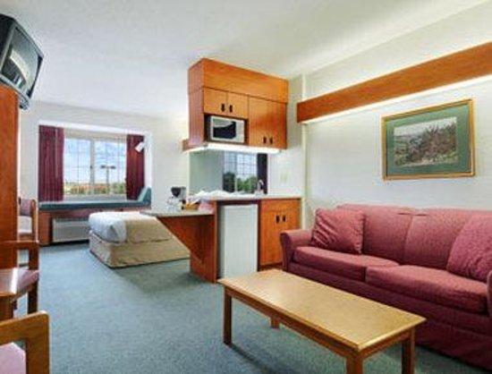 Microtel Inn & Suites by Wyndham New Ulm: Suite