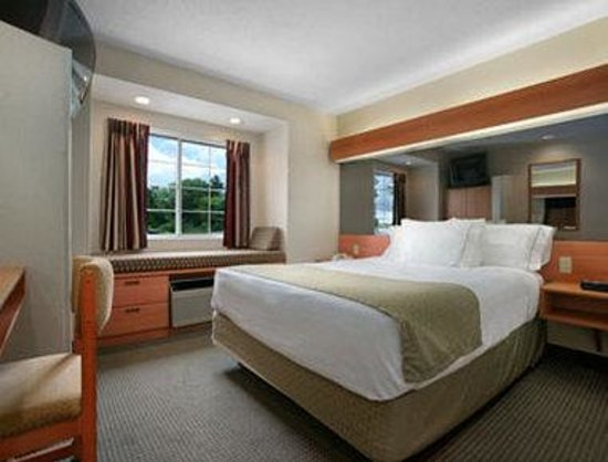 Microtel Inn & Suites by Wyndham Uncasville : Standard Queen Bed Room