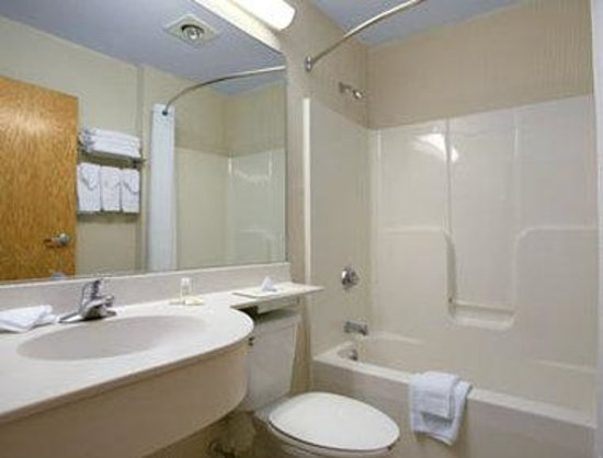 Microtel Inn & Suites by Wyndham Uncasville : Bathroom