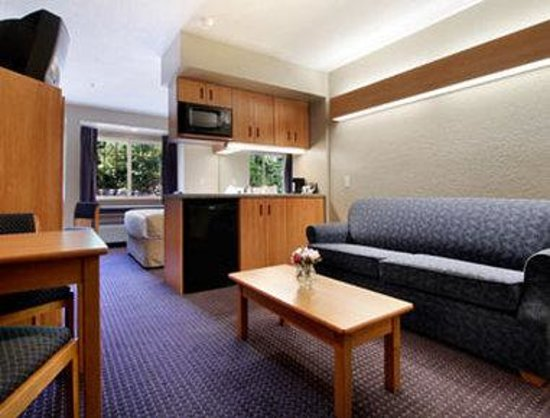 Microtel Inn and Suites by Wyndham Hazelton/Bruceton Mills: Suite