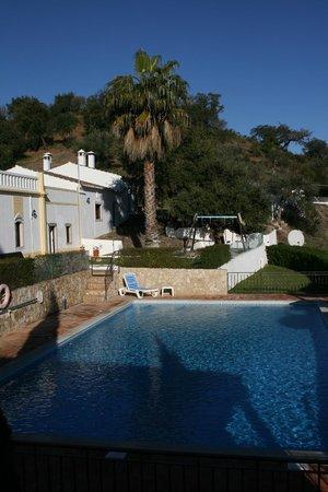 Herdade da Corte : Vista de la zona de piscina y habitaciones