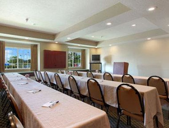Microtel Inn & Suites by Wyndham Zephyrhills : Meeting Room