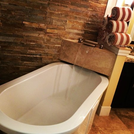 Bluegreen Fountains Resort : Best bathtub ever!! So comfy and relaxing!!