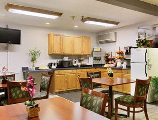 Microtel Inn by Wyndham Calcium Near Fort Drum: Breakfast Area