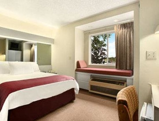 Microtel Inn by Wyndham Calcium/Near Fort Drum: Accessible Queen Bed Room