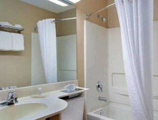Microtel Inn & Suites by Wyndham Erie : Bathroom