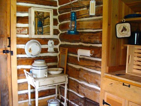 Dupuyer, มอนแทนา: Interior of a second choice of room