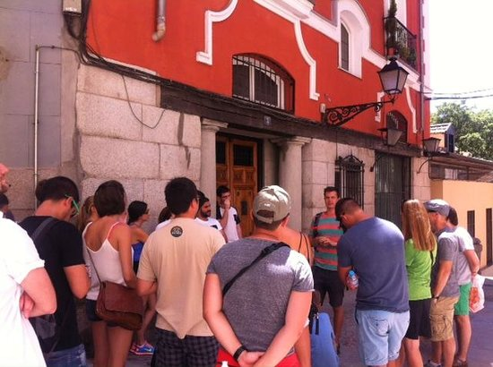 SANDEMANs NEW Europe - Madrid: Our guide Erik in front of the oldest standing restaurant
