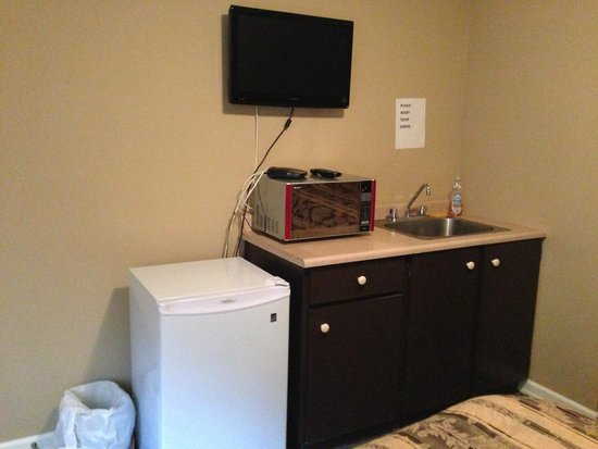 Squamish Budget Inn: Kitchenette without stove