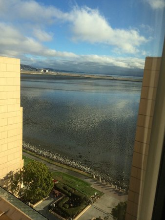 San Francisco Airport Marriott Waterfront: View of water and airplanes taxiing on runway