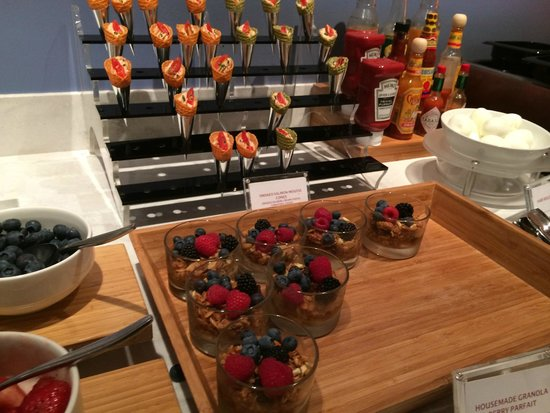 San Francisco Airport Marriott Waterfront: M Club Lounge: breakfast spread