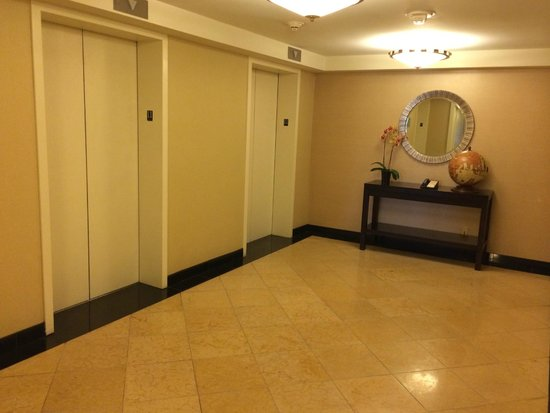 San Francisco Airport Marriott Waterfront: Guest floor elevator bays (11th Floor)