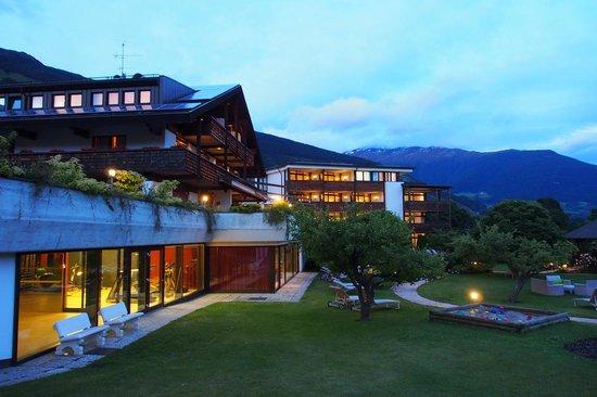Garberhof Beauty & Wellness Resort: Hotel Garberhof Gartenseite abends