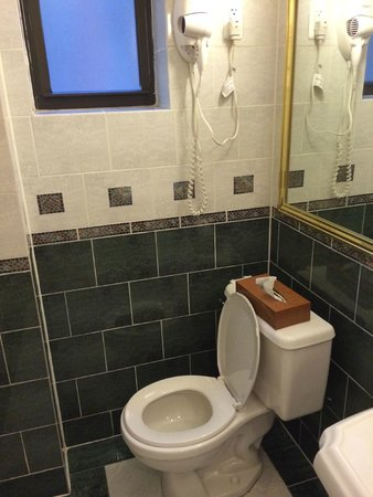 Casablanca Hotel Times Square: the spotless bathrooms
