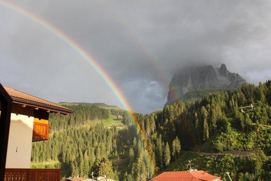 Hotel Carmen: Arcobaleno davanti al Sassolungo dopo la pioggia.