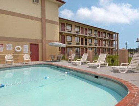 Days Inn & Suites Springfield on I-44: Pool