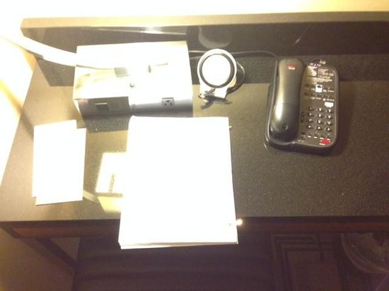 Sheraton New York Times Square Hotel : DESK WITH NO SPACE TO WORK