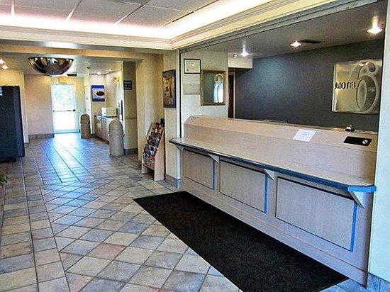 Motel 6 Terrell: Lobby