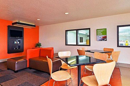 Motel 6 Meridian: Lobby