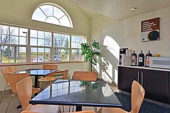 Motel 6 Meridian: Coffee Bar