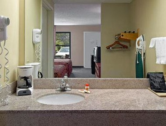 Super 8 Diberville Biloxi Area: Bathroom