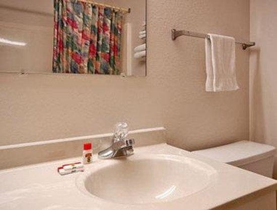 Super 8 Oskaloosa Ia : Bathroom