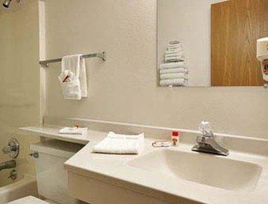 Super 8 Keokuk: Bathroom