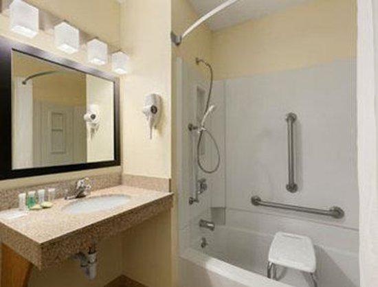 Super 8 Decorah : Accessible Bathroom