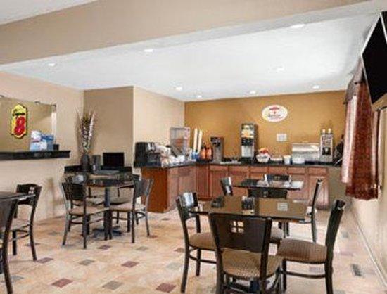 Super 8 Decorah: Breakfast Area