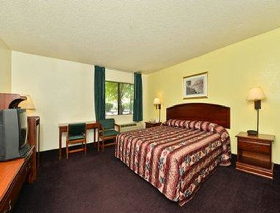 Super 8 Bakersfield/Central: One Queen Bed Room