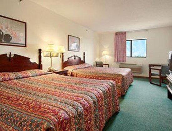 Super 8 Rochelle: Standard Two Queen Bed Room