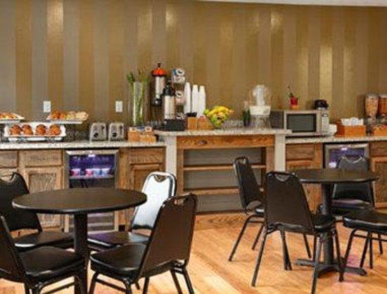 Super 8 Louisville Airport : Breakfast Area