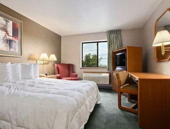 Super 8 Louisville Airport : Standard Queen Bed Room