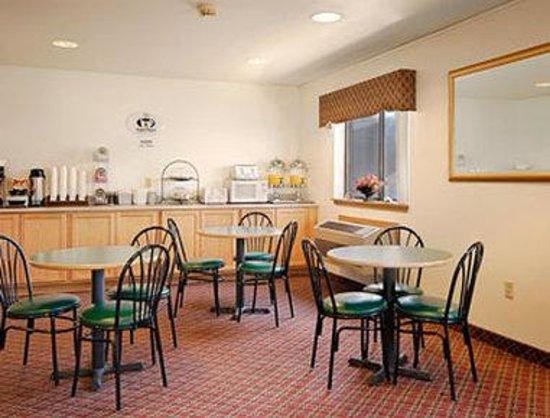 Super 8 York : Breakfast Area