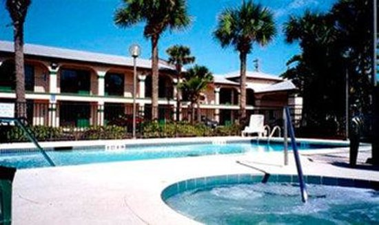 Super 8 by Wyndham St. Augustine Beach: Outdoor Pool and Jacuzzi