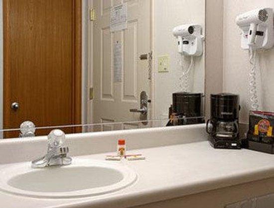 Super 8 Lamar: Bathroom