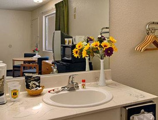 Super 8 by Wyndham Red Bluff: Bathroom