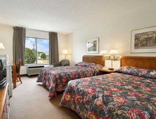 Super 8 Madison : Standard Two Queen Bed Room