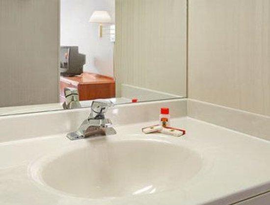 Super 8 Madison : Bathroom