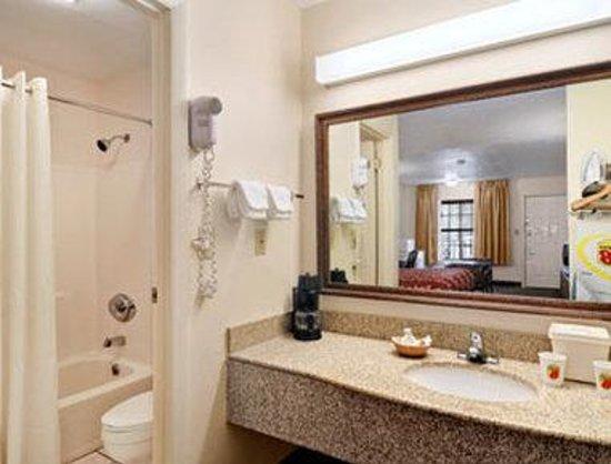 Super 8 Covington: Bathroom