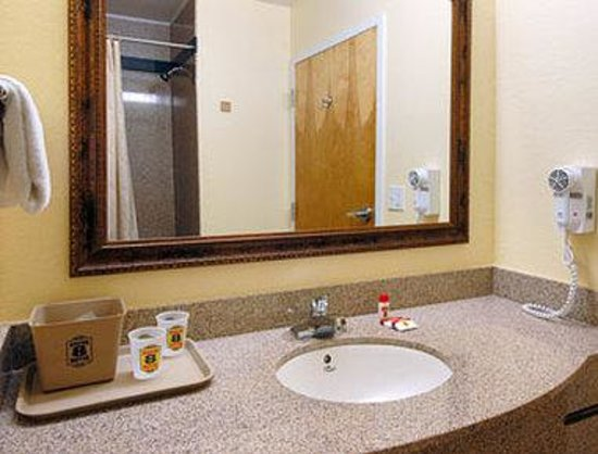 Super 8 Daytona Beach: Bathroom
