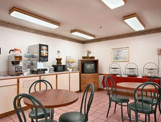 Super 8 Watseka: Breakfast Area