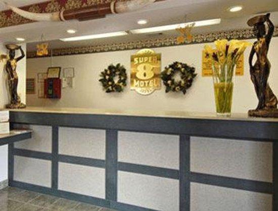 Super 8 Arlington East: Lobby