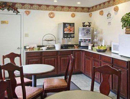 Super 8 Arlington East: Breakfast Setup